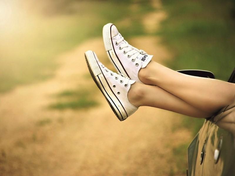 Printre cauzele picioarelor umflate se numără statul în picioare, sarcina, boli de inimă sau renale
