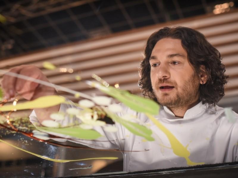 Chef Forin Dumitrescu gătește cu fetițele lui