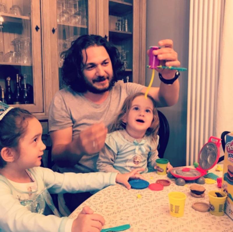 Chef Forin Dumitrescu se joacă cu fetițele lui, Ava si Mia, iar cele două îl ajută uneori la gătit