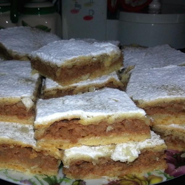 Prăjitură cu mere cu aluat fraged, ornată cu zahăr pudră