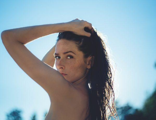 Femeie în soare care se răcorește cu apă termală