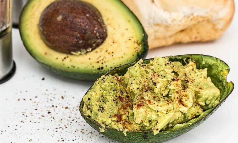 Jumatate de avocado si guacamole in coaja de avocado