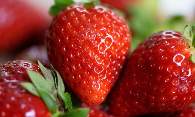 Multe căpșune cu codite verzi