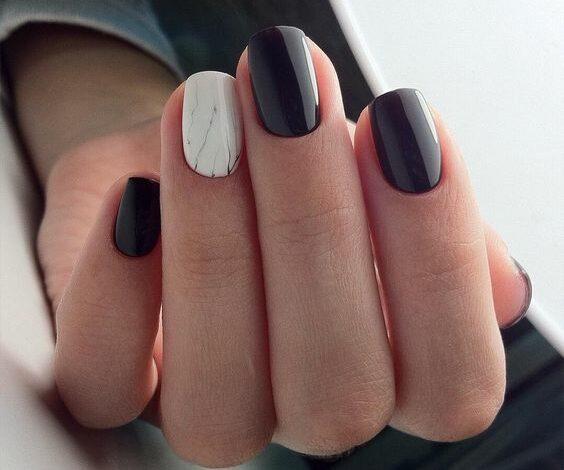 Unghii scurte cu gel alb marmorat si negru