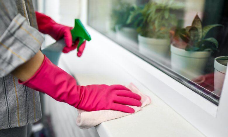 Femeie care face curatenie cu manusi si solutie de bicarbonat de sodiu