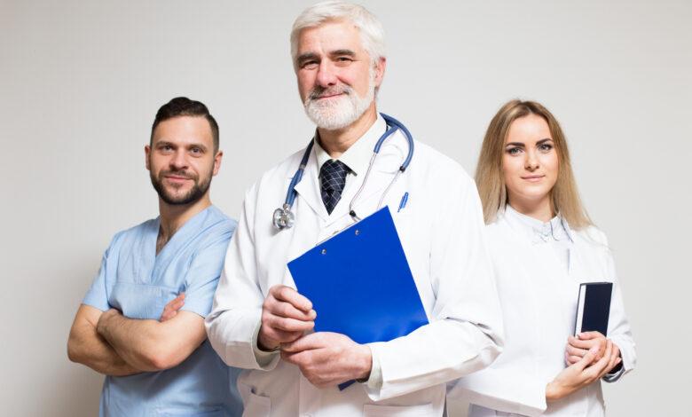 Trei medici in halate medicale